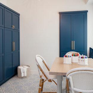 Ispirazione per una cameretta per bambini da 4 a 10 anni classica di medie dimensioni con pareti bianche, pavimento con piastrelle in ceramica e pavimento blu