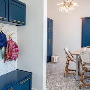 Bild på ett mellanstort vintage könsneutralt barnrum kombinerat med lekrum och för 4-10-åringar, med vita väggar, klinkergolv i keramik och blått golv