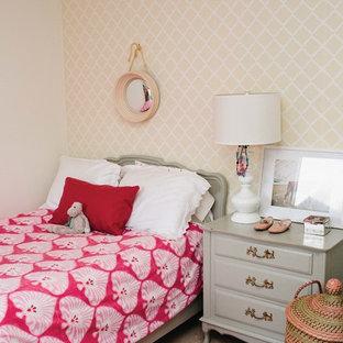 Foto di una cameretta per bambini da 4 a 10 anni stile shabby con pareti beige e moquette