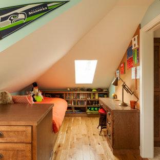 Foto di una piccola cameretta per bambini stile americano con pavimento in legno massello medio, pareti verdi e pavimento marrone