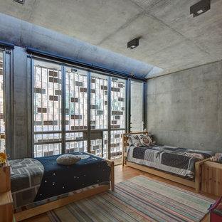 Exemple d'une chambre d'enfant de 4 à 10 ans industrielle avec un mur gris, un sol en bois brun et un sol beige.