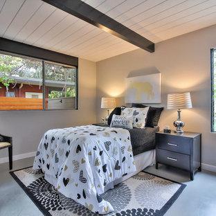 Idéer för ett mellanstort retro barnrum kombinerat med sovrum, med beige väggar, betonggolv och grått golv
