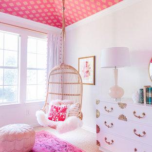 Свежая идея для дизайна: детская среднего размера в стиле современная классика с белыми стенами, ковровым покрытием, спальным местом и бежевым полом для ребенка от 4 до 10 лет, девочки - отличное фото интерьера