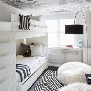 Modelo de dormitorio infantil minimalista, pequeño, con paredes blancas, suelo de madera oscura y suelo negro