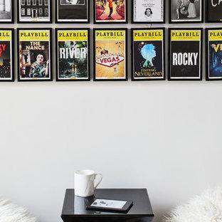 Inspiration för små moderna könsneutrala tonårsrum kombinerat med sovrum, med vita väggar, mörkt trägolv och svart golv