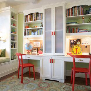 Idée de décoration pour une chambre neutre de 4 à 10 ans tradition de taille moyenne avec un mur vert, un bureau et un sol en bois brun.