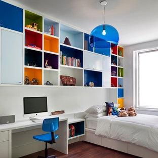 Imagen de dormitorio infantil de 4 a 10 años, contemporáneo, con suelo de madera en tonos medios y paredes blancas