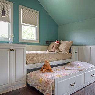 Modelo de dormitorio infantil de 4 a 10 años, clásico, con paredes azules y suelo de madera oscura