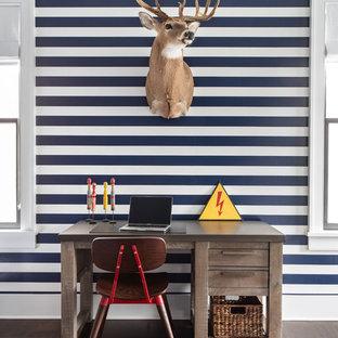 Idéer för att renovera ett stort lantligt pojkrum kombinerat med skrivbord, med flerfärgade väggar, mörkt trägolv och brunt golv