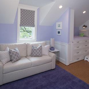 Modelo de dormitorio infantil de 4 a 10 años, clásico renovado, grande, con paredes púrpuras y suelo de corcho