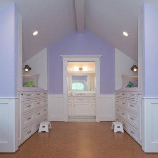 Exemple d'une grande chambre d'enfant de 4 à 10 ans chic avec un sol en liège et un mur multicolore.
