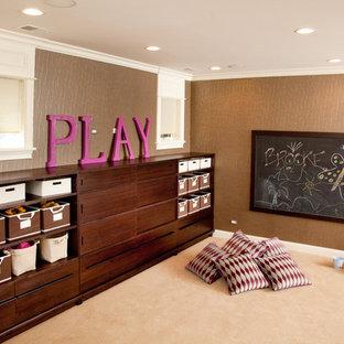 Idéer för stora vintage könsneutrala barnrum kombinerat med lekrum och för 4-10-åringar, med bruna väggar, heltäckningsmatta och beiget golv