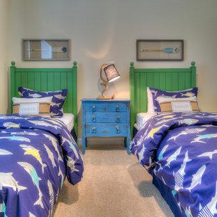 Esempio di una cameretta per bambini da 4 a 10 anni stile marino di medie dimensioni con pareti beige, moquette e pavimento beige