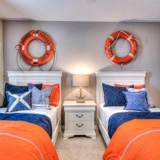 Foto på ett mellanstort maritimt könsneutralt barnrum kombinerat med sovrum och för 4-10-åringar, med grå väggar, heltäckningsmatta och beiget golv