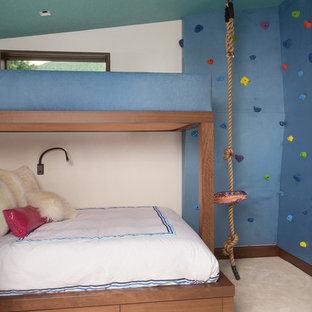 Foto di una cameretta da letto minimal di medie dimensioni con pareti blu, moquette e pavimento beige