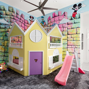 Esempio di una grande cameretta per bambini da 4 a 10 anni design con pareti multicolore, moquette e pavimento multicolore