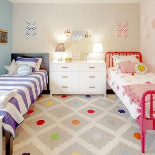 Esempio di una cameretta per bambini da 4 a 10 anni chic con pareti grigie, parquet scuro e pavimento marrone