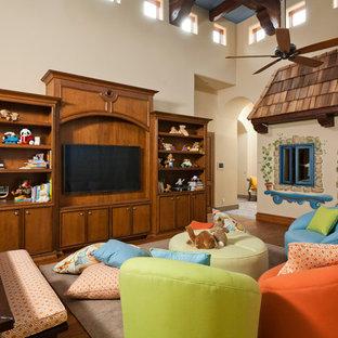 Modelo de dormitorio infantil de 4 a 10 años, mediterráneo, grande, con paredes beige y suelo de madera en tonos medios