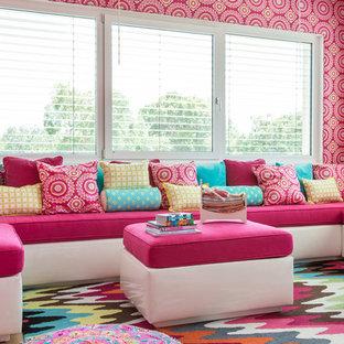 Imagen de dormitorio infantil contemporáneo con suelo multicolor y paredes rosas