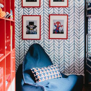 Ispirazione per una cameretta per bambini da 4 a 10 anni classica di medie dimensioni con pareti multicolore, pavimento in legno massello medio e pavimento marrone