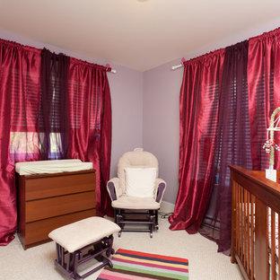Ispirazione per una cameretta per bambini da 1 a 3 anni stile americano di medie dimensioni con pareti viola, moquette e pavimento beige
