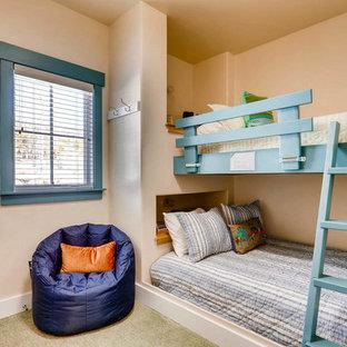Esempio di una piccola cameretta per bambini eclettica con pareti beige, moquette e pavimento verde