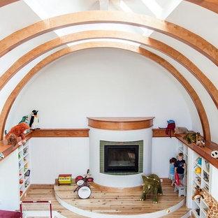 Inredning av ett amerikanskt mellanstort könsneutralt barnrum kombinerat med lekrum och för 4-10-åringar, med vita väggar och ljust trägolv