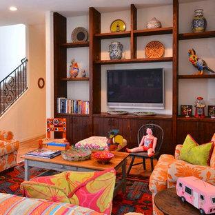 Réalisation d'une grand chambre d'enfant de 4 à 10 ans bohème avec un mur blanc, un sol en carreau de terre cuite et un sol rouge.
