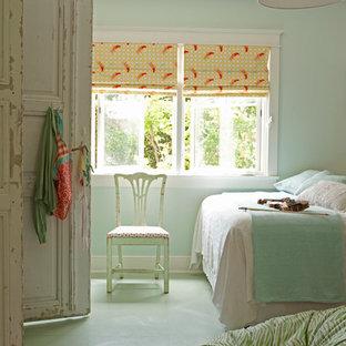 Maritim inredning av ett mellanstort barnrum kombinerat med sovrum, med linoleumgolv, blå väggar och grönt golv