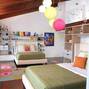 Immagine di una cameretta per bambini design di medie dimensioni con pareti bianche, parquet scuro e pavimento marrone