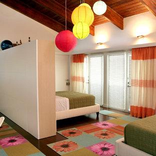 Esempio di una cameretta per bambini minimal di medie dimensioni con pareti bianche, parquet scuro e pavimento marrone
