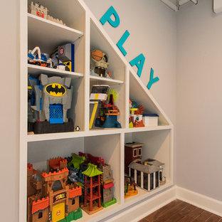 Esempio di una grande cameretta per bambini da 4 a 10 anni chic con pareti grigie e parquet scuro