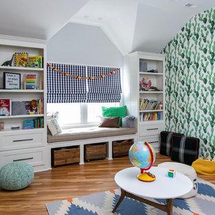 Bild på ett stort vintage könsneutralt barnrum, med blå väggar, laminatgolv och brunt golv