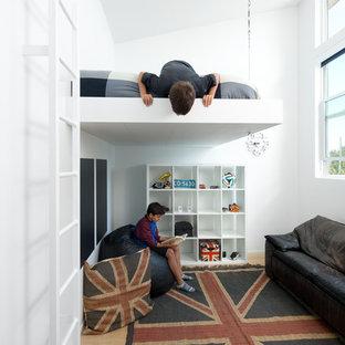 Ejemplo de dormitorio infantil contemporáneo con paredes blancas y suelo de madera clara
