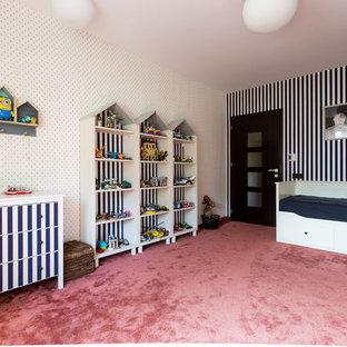 Идея дизайна: детская среднего размера в стиле фьюжн с спальным местом, разноцветными стенами, ковровым покрытием и красным полом для ребенка от 4 до 10 лет, мальчика