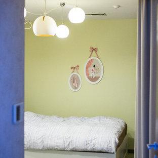 Ispirazione per una cameretta per bambini da 4 a 10 anni boho chic di medie dimensioni con pareti verdi, moquette e pavimento verde