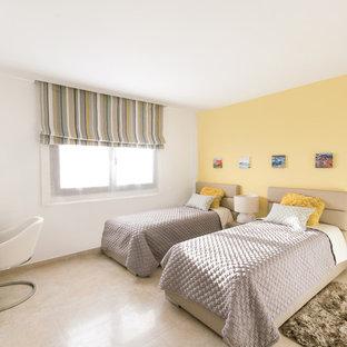 Foto di una cameretta per bambini minimalista di medie dimensioni con pareti gialle e pavimento in marmo