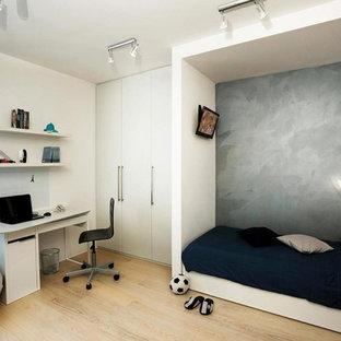 Diseño de dormitorio infantil escandinavo, de tamaño medio, con paredes grises y suelo de madera clara