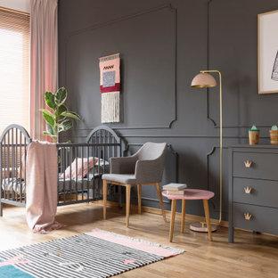 Bild på ett stort funkis barnrum kombinerat med sovrum, med lila väggar, ljust trägolv och brunt golv