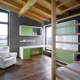 Foto de dormitorio infantil minimalista con escritorio, paredes grises y suelo de madera oscura