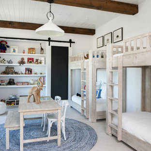 Cette image montre une chambre d'enfant de 4 à 10 ans rustique avec un mur blanc, un sol en bois clair, un sol beige, un plafond en poutres apparentes et un plafond en lambris de bois.