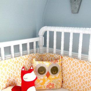 Foto på ett funkis barnrum, med blå väggar