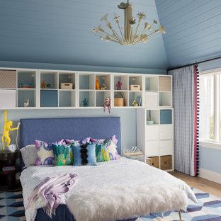 Ejemplo de dormitorio infantil machihembrado y abovedado, actual, con paredes azules y suelo de madera clara
