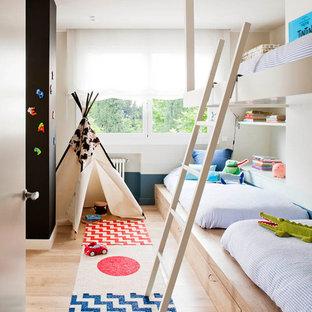 Ispirazione per una piccola cameretta per bambini da 4 a 10 anni scandinava con pareti beige e parquet chiaro