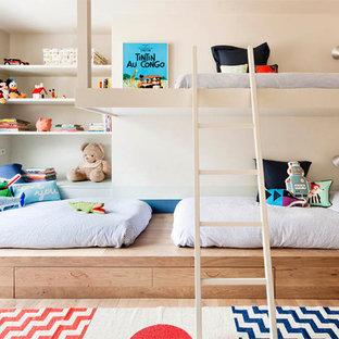 Neutrales, Mittelgroßes Modernes Kinderzimmer mit Schlafplatz, beiger Wandfarbe und hellem Holzboden in Barcelona
