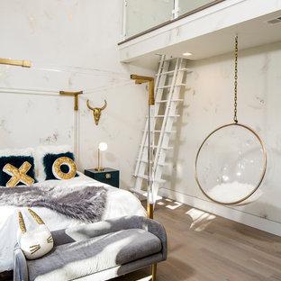 Immagine di una grande cameretta per bambini design con pareti multicolore, pavimento in legno massello medio e pavimento grigio