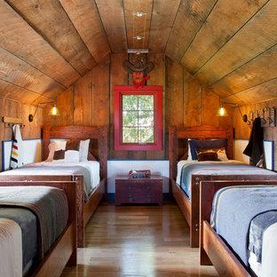 Idéer för ett mellanstort rustikt pojkrum kombinerat med sovrum och för 4-10-åringar, med ljust trägolv, bruna väggar och brunt golv