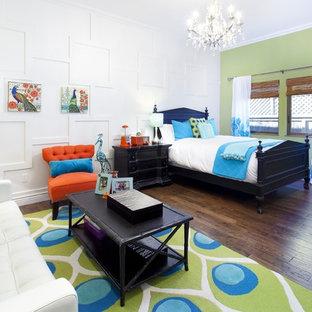Modelo de dormitorio infantil mediterráneo, grande, con paredes blancas y suelo de madera oscura