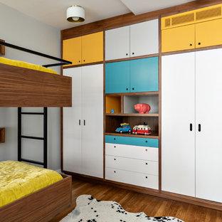 Neutrales Mid-Century Kinderzimmer mit Schlafplatz, grauer Wandfarbe und braunem Holzboden in New York