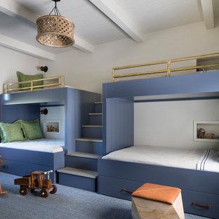 Свежая идея для дизайна: детская в стиле кантри с белыми стенами, ковровым покрытием, синим полом, балками на потолке и потолком из вагонки - отличное фото интерьера